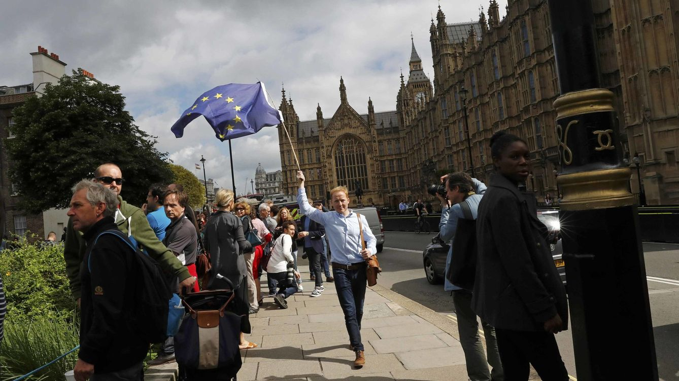 Foto: A man carries a eu flag, after britain voted to leave the european union, in central london