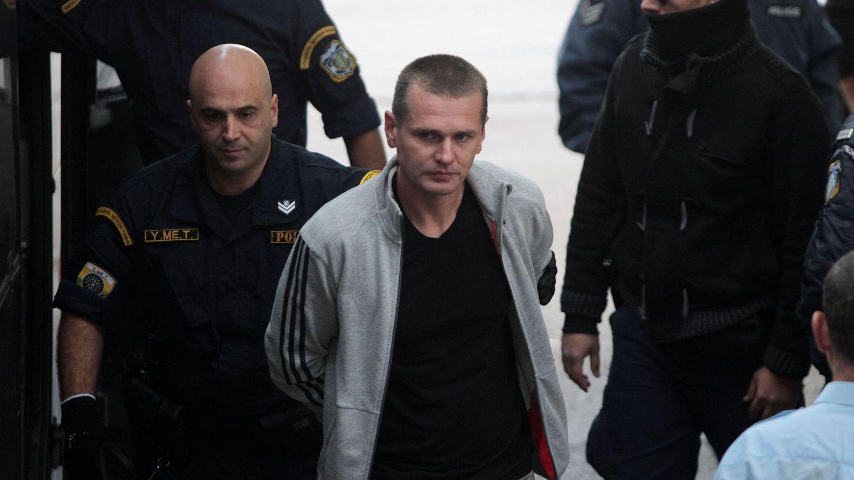 El hacker ruso Alexander Vinnik, de 38 años, acusado de dirigir una red de blanqueo de dinero mediante criptomonedas, es escoltado por la policía griega ante un tribunal de Tesalónica, en octubre de 2017. (Reuters)
