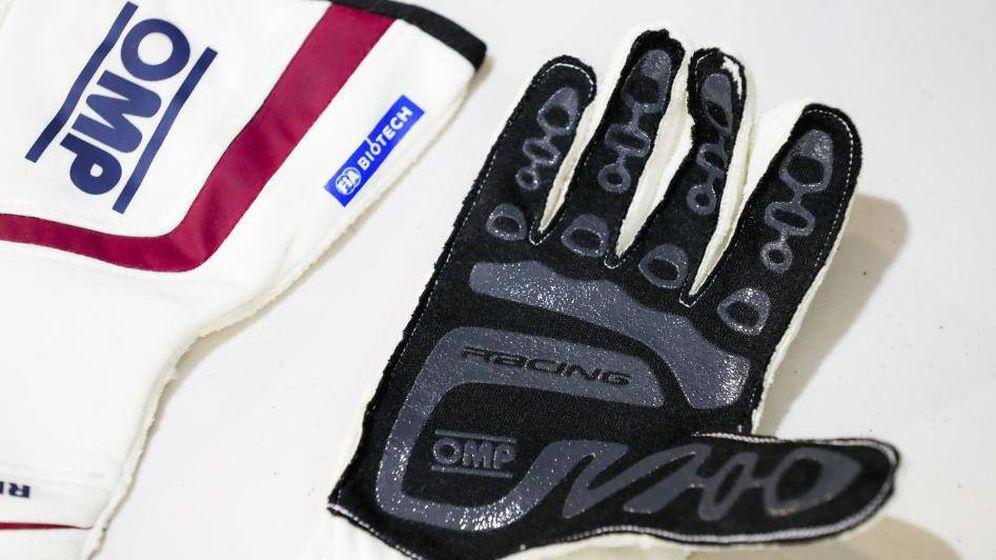 Foto: A partir de 2019 son obligatorios guantes con sensores que transmiten información de constantes vitales de los pilotos para su control en caso de accidente.