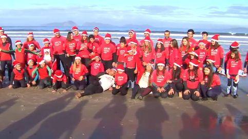 Cientos de Papás Noel surfean en la playa pontevedresa de Nigrán