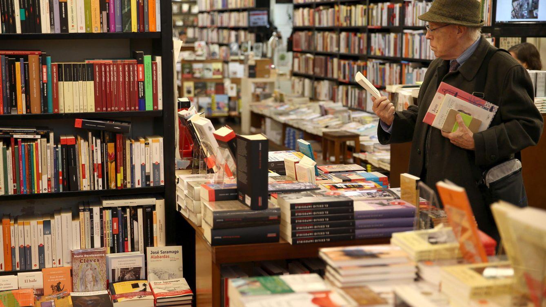 Foto: Una hombre hojea unos libros hoy en la librería la Central de Barcelona, en el Día de las Librerías. (EFE)