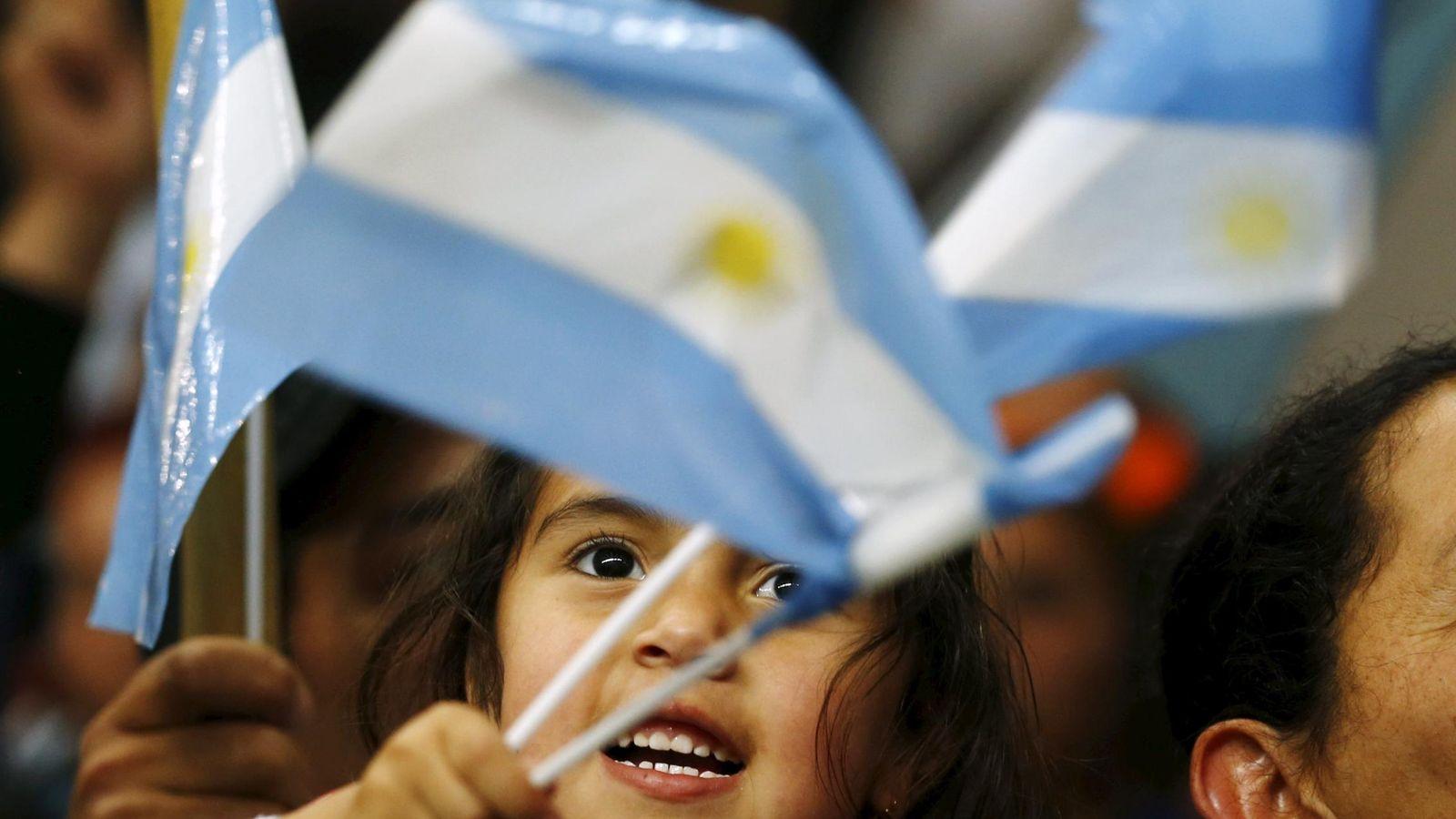 Foto: Una niña agita la bandera argentina durante un mitin del candidato oficialista Daniel Scioli en el suburbio bonaerense de La Matanza, el 19 de noviembre de 2015. (Reuters)