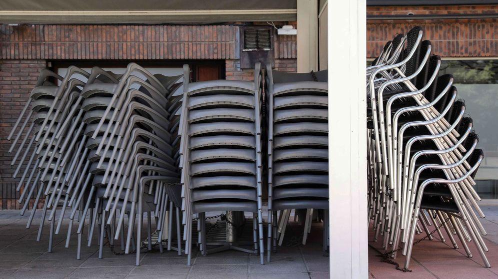 Foto: Sillas y mesas recogidas en una terraza de uno de los bares y restaurantes que permanecen cerrados en Valencia. (EFE)