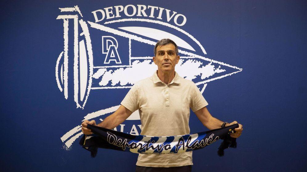 Foto: Juan Ramón López Muñiz, en su presentación como nuevo entrenador del Deportivo Alavés. (Efe)