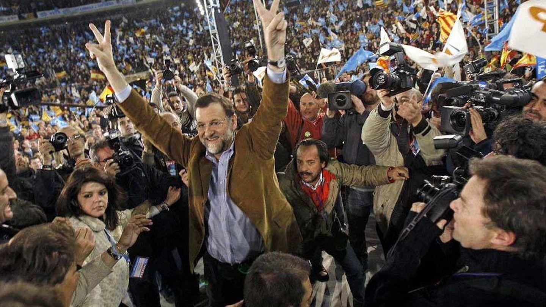 Mariano Rajoy, con Álvaro Pérez detrás, en el mitin de 2008 en Valencia que la Gürtel pagó en B. (Efe)