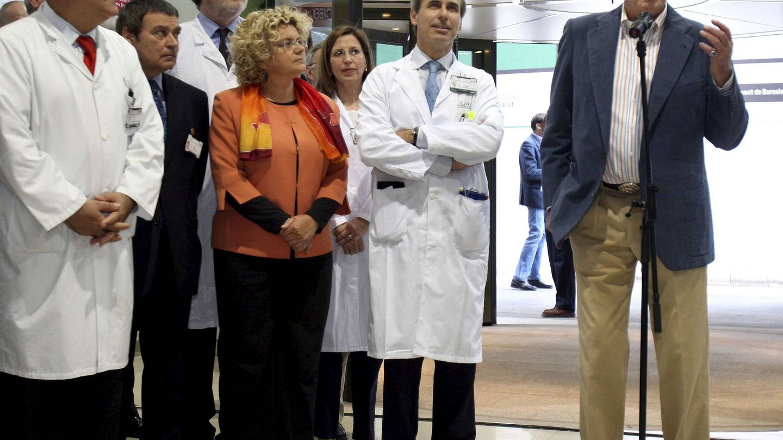 El rey Juan Carlos I, junto a la exconsejera de Salud, Marina Geli, defiende la sanidad pública en el Clínico de Barcelona. (EFE)