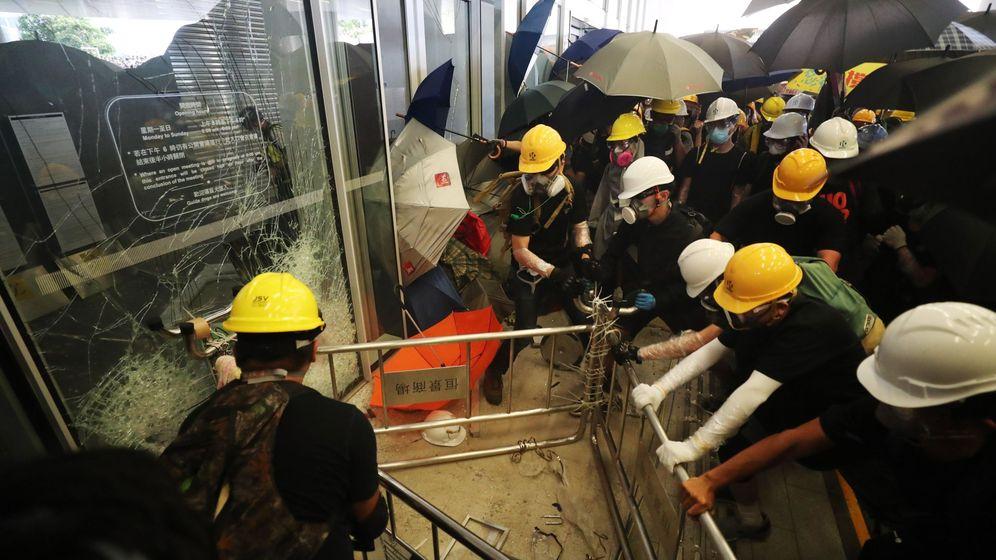 Foto: Los manifestantes, rompiendo la puerta de acceso al Parlamento. (EFE)