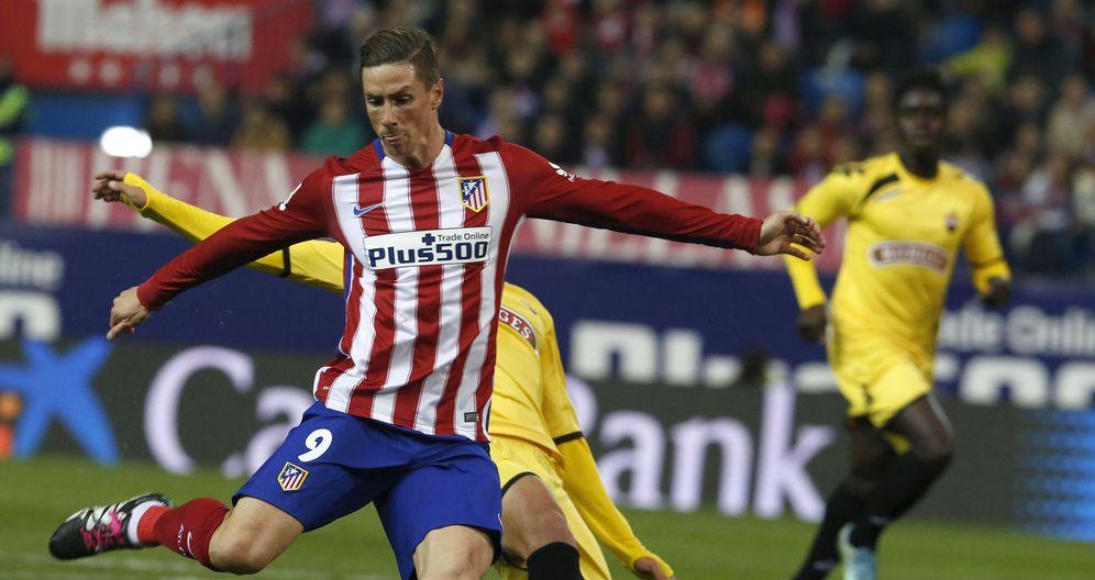 Foto: La afición del Atlético de Madrid jaleó a Fernando Torres cuando se cumplió el minuto 9 del partido (EFE)