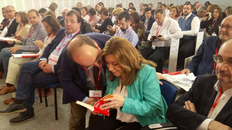 Miquel Iceta regala un ejemplar de su libro a Susana Díaz durante el comité federal. (PSC)