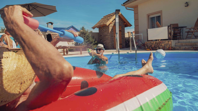 Mis vecinos traen muchos amigos a la piscina de la comunidad, ¿se puede controlar?
