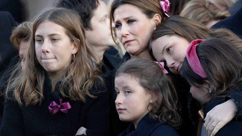 Marta Luisa con sus hijas en el funeral de Ari Behn. (Cordon Press)