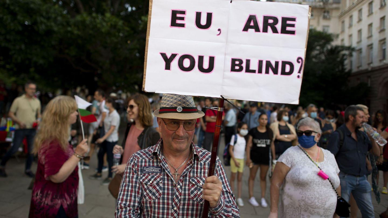 Manifestantes búlgaros con un cartel que dice 'UE, ¿estás ciega?'. (Reuters)
