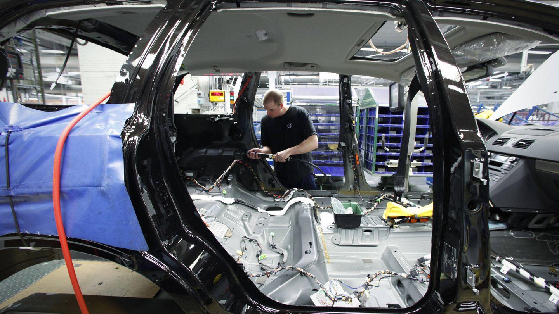 Un trabajador en una planta de Volvo ubicada en Gothenburg, Suecia (Reuters).