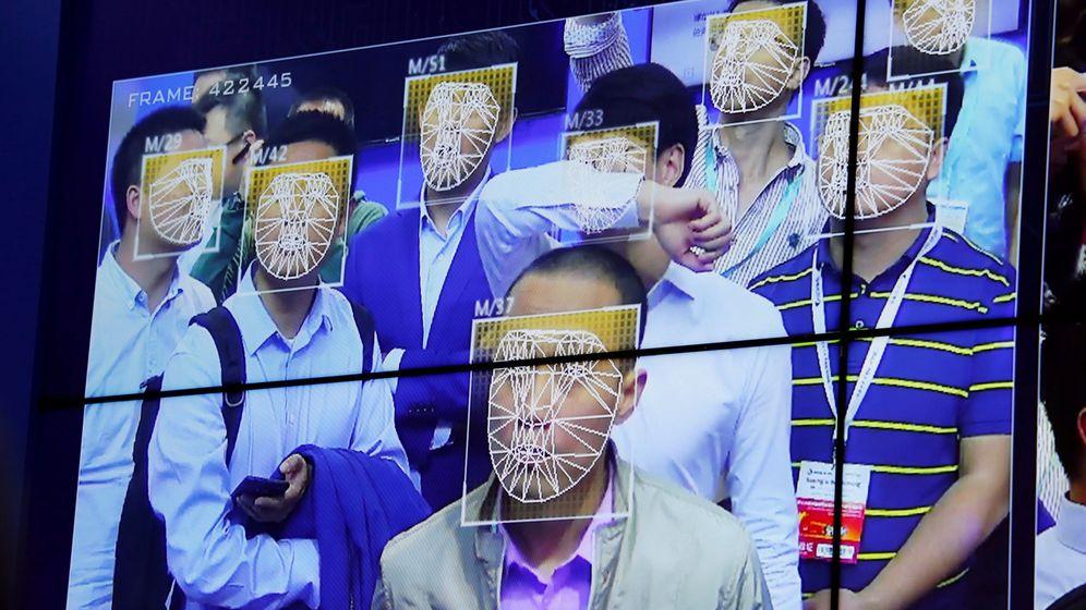 Foto: Visitantes a una exposición de seguridad experimentan las tecnologías de reconocimiento facial, en Shenzhen, China, en octubre de 2017. (Reuters)