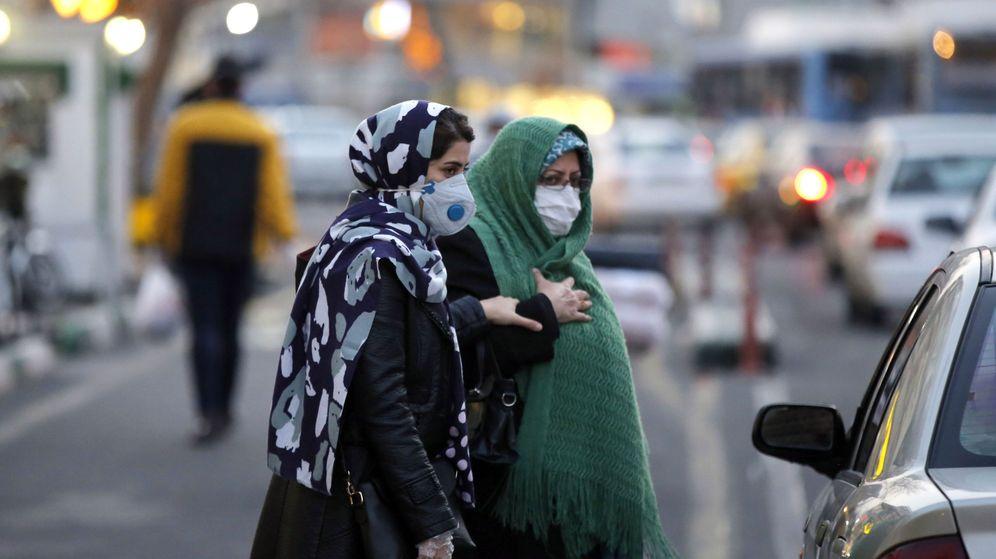 Foto: Dos mujeres iraníes caminan con máscaras en Teherán. (EFE)