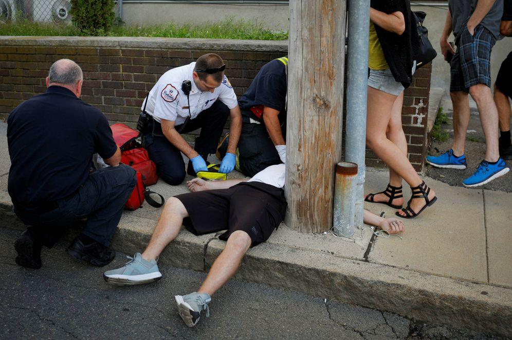Foto: Sanitarios intentan reanimar a una víctima de sobredosis en Everett, un suburbio de Boston, Massachusetts. (Reuters)