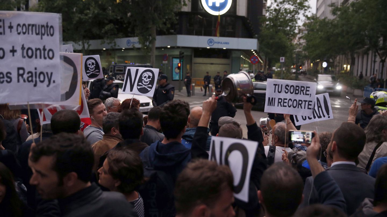 Cientos de personas concentradas frente a la sede del PP en la calle Génova de Madrid. (EFE)