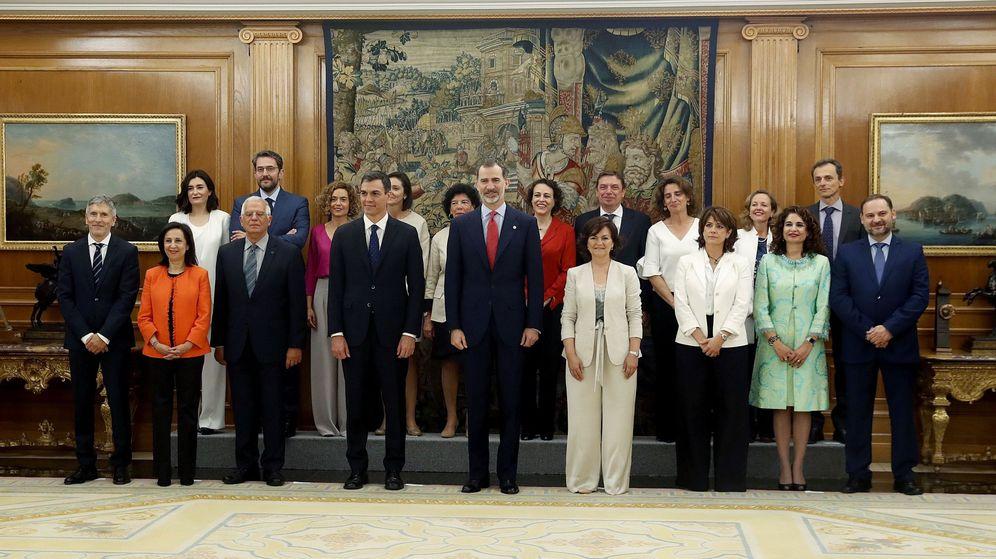 Foto: El Rey Felipe VI, el presidente del gobierno Pedro Sánchez y los nuevos ministros en La Zarzuela. (EFE)