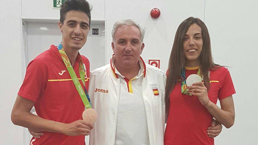 Foto: Jesús Castellanos entre Joel González y Eva Calvo, medallistas en Río 2016