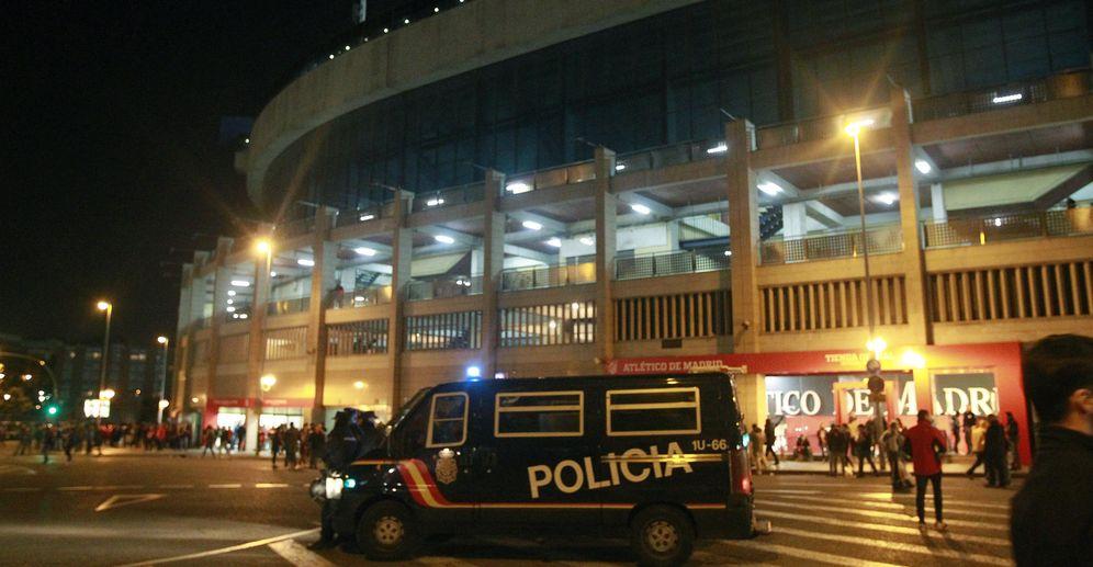 Foto: Las fuerzas de seguridad realizarán exhaustivos cacheos a los seguidores que acudan a la final de la Copa del Rey (EFE)