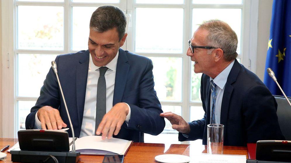 Foto: El presidente del Gobierno, Pedro Sánchez, conversa con el ministro de Cultura, José Guirao. (EFE)