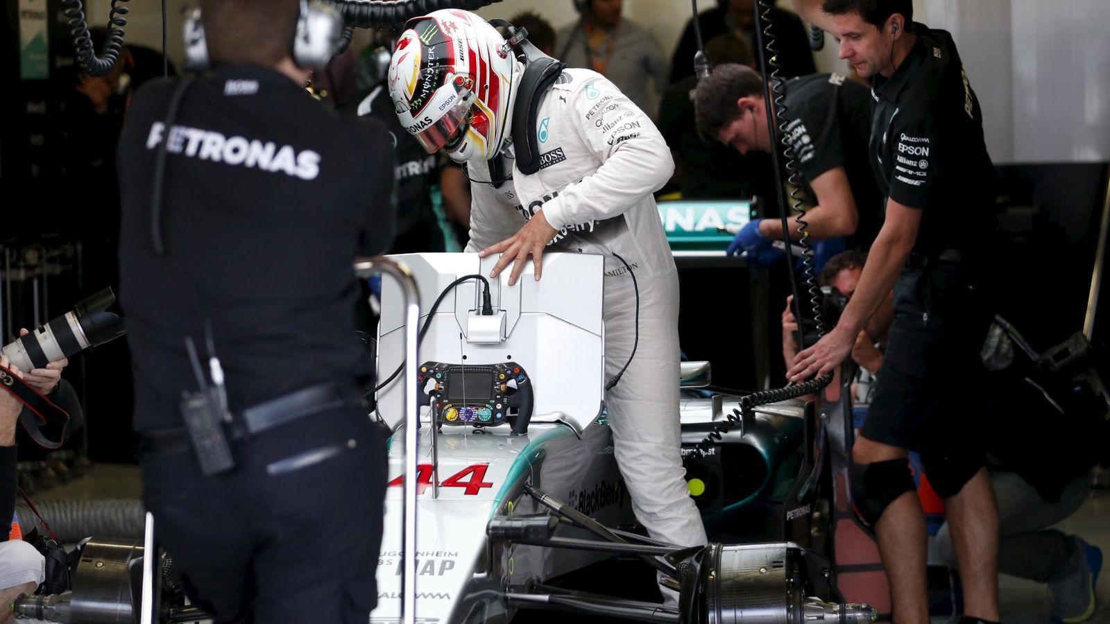 Foto: Lewis Hamilton en su box (Reuters).