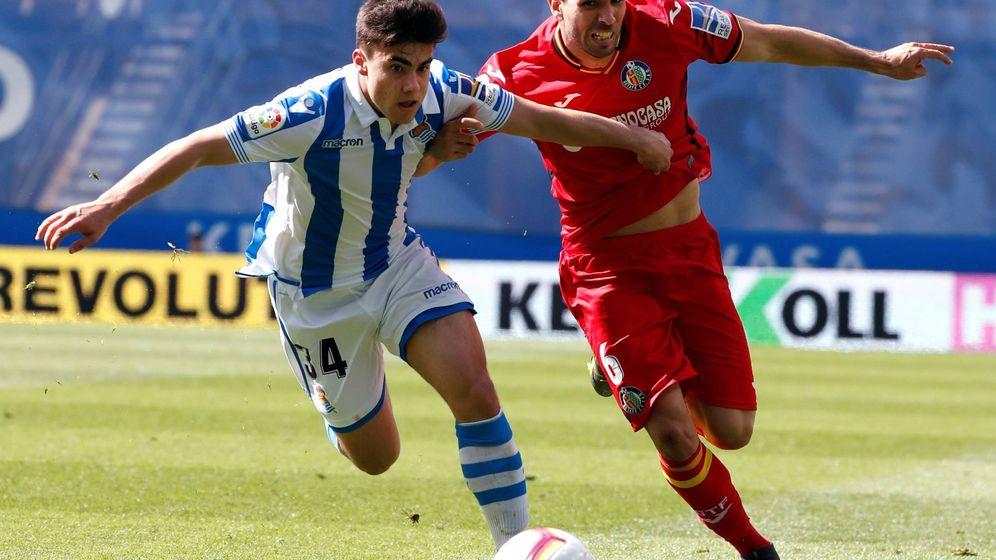 Foto: Ander Barrenetxea disputa un balón con Cabrera durante el Real Sociedad-Getafe. (EFE)