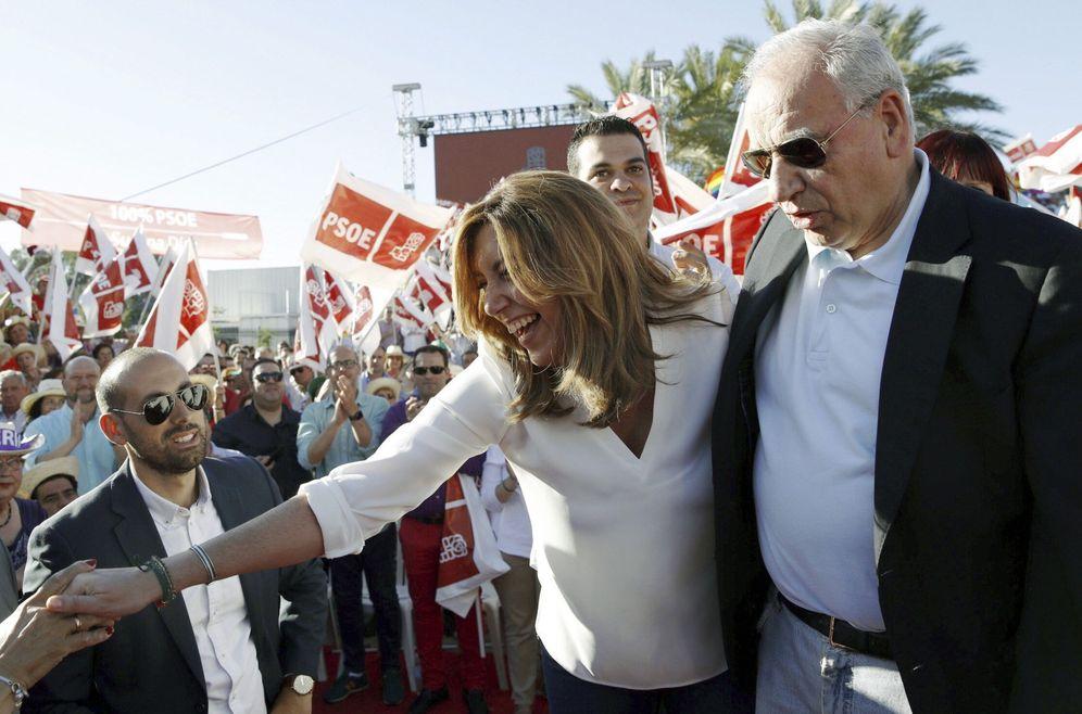 Foto: Alfonso Guerra acompaña a Susana Díaz en su acto de cierre de campaña de primarias en Sevilla, el pasado 19 de mayo. (EFE)