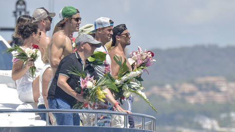 La familia de Ángel Nieto (muy emocionada) esparce sus cenizas en las aguas de Ibiza