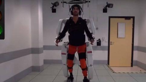 Un tetrapléjico logra caminar gracias a un exoesqueleto que maneja con el cerebro