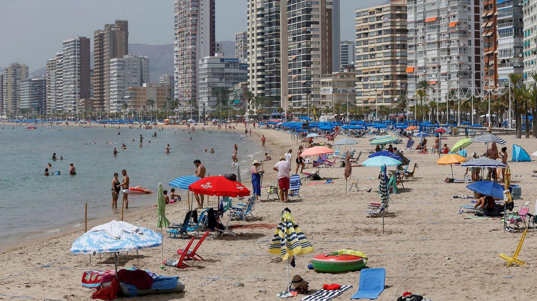 Inusual imagen de la playa de Benidorm (Alicante) semivacía en agosto.
