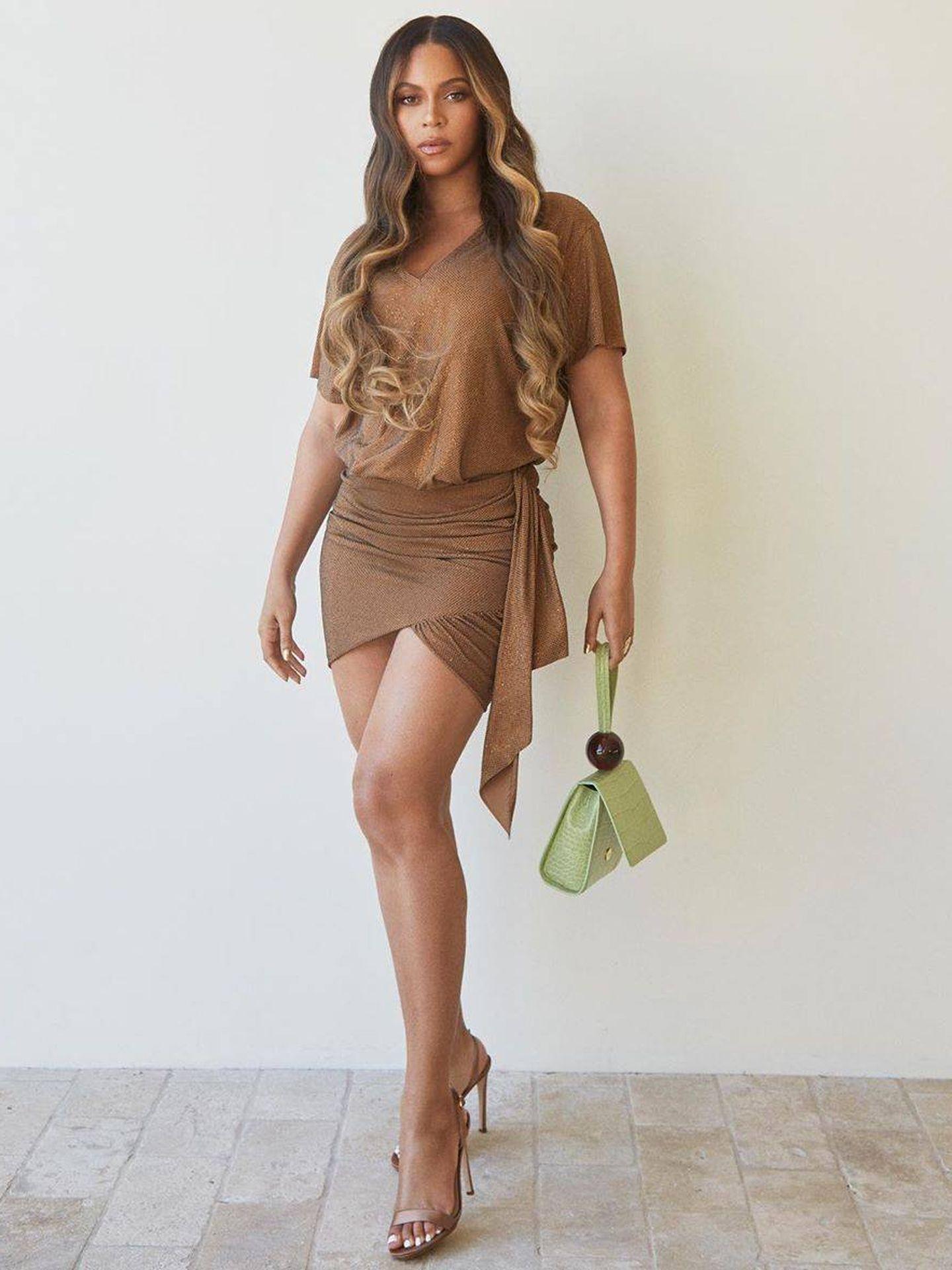 Beyoncé, con su bolso de By Far. (Instagram)