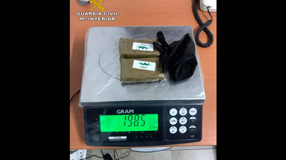 Foto: Se encontraron 198 gramos de hachís y 128 de cocaína escondidos en los guantes (Foto: Guardia Civil)