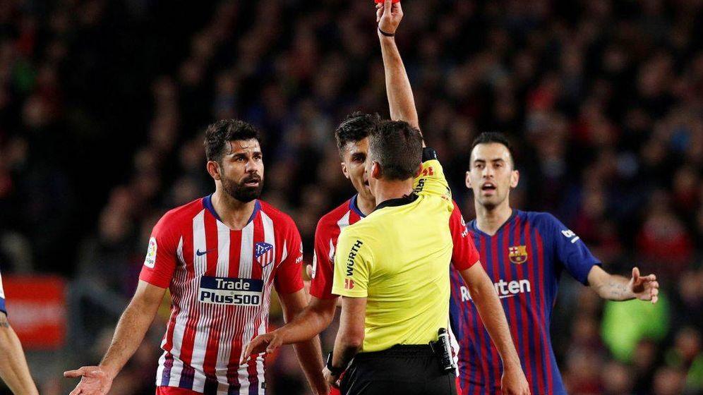 Foto: Diego Costa, en el momento de ver la tarjeta roja directa. (EFE)