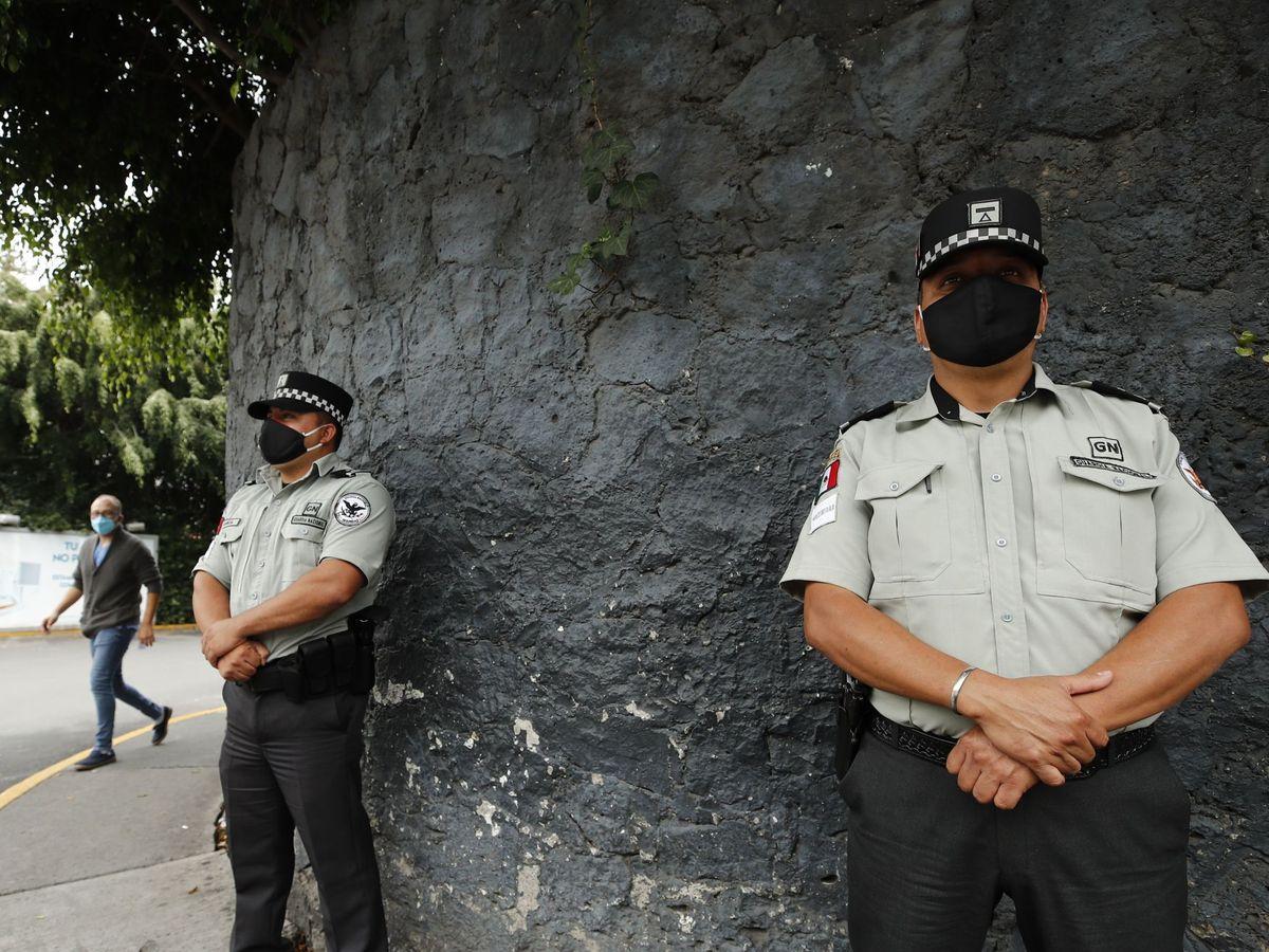 Foto: Dos agentes de la Guardia Nacional mexicana vigilan la entrada del Hospital Ángeles del Pedregal, donde permanece Lozoya. (EFE)