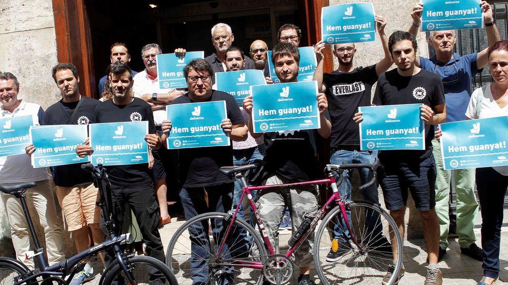 Golpe a Deliveroo: un juzgado de Valencia le obliga a admitir como laborales a 97 'riders'