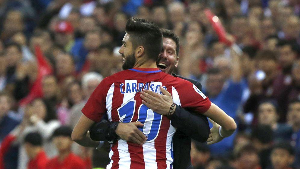 Foto: Simeone abraza a Yannick Carrasco en un partido del belga en el Atlético de Madrid. (Efe)