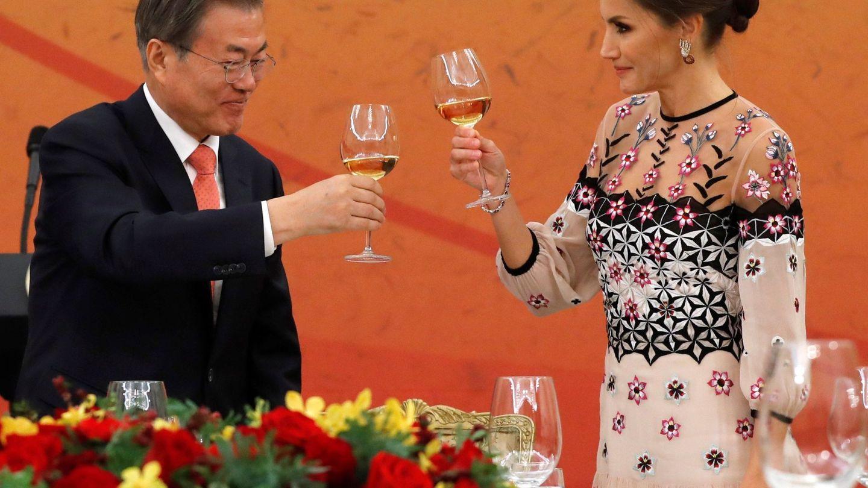 La Reina, brindando con el presidente coreano. (EFE)