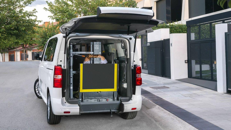 El Toyota Proace TPMR permite transportar un pasajero en su silla de ruedas en la zona normalmente reservada a la tercera fila de asientos.