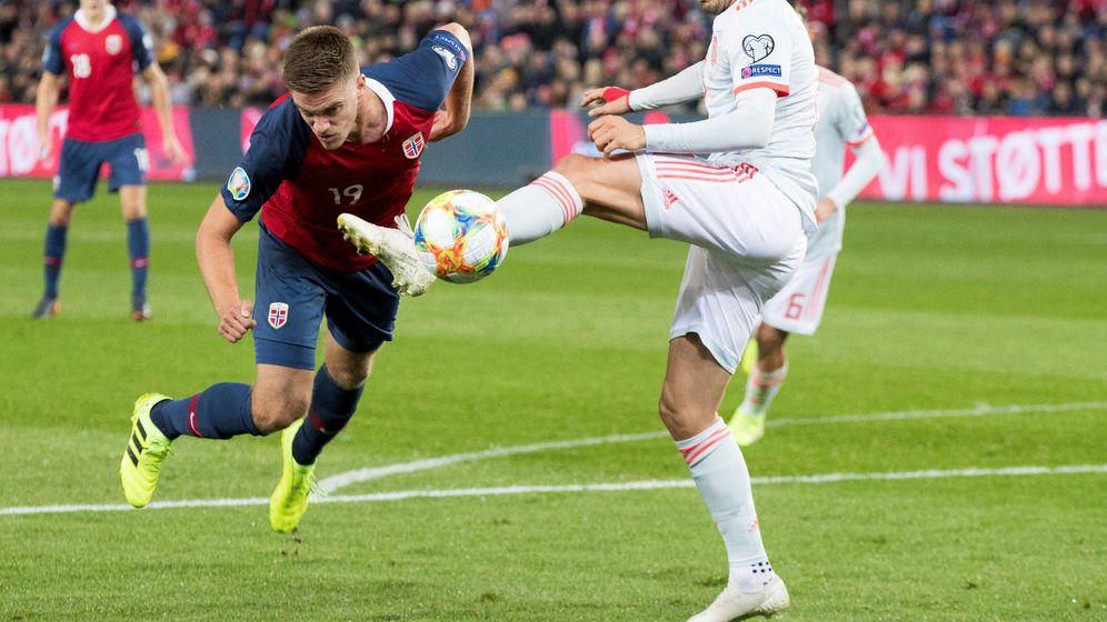 Foto: Saúl pugna por un balón en el partido contra Noruega. (EFE)