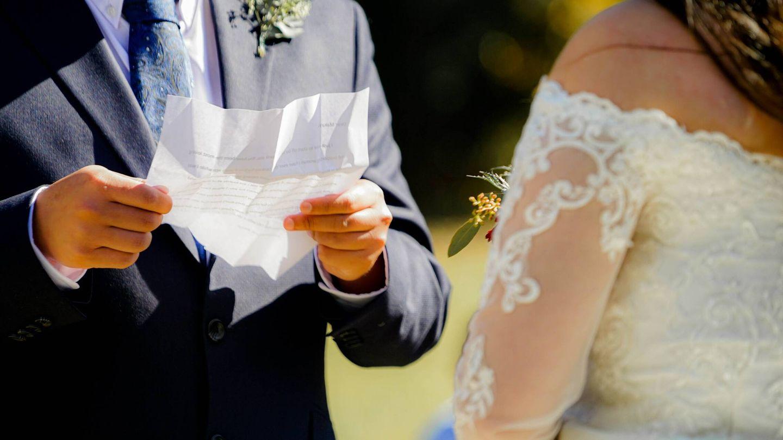 Novio leyendo sus votos matrimoniales. (Fotografía de Tai's Captures para Unsplash)