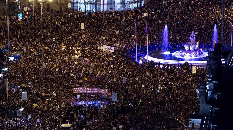 Vista general de la manifestación del 8 de marzo de 2019 en Madrid, desde la plaza de Cibeles. (EFE)