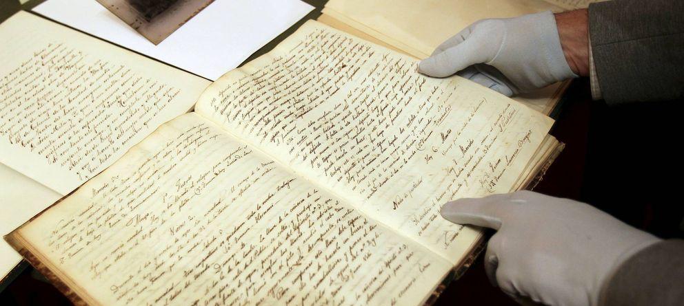 Foto: Un operario del Gran Teatro del Liceo muestra algunos de los más de 5.000 documentos digitalizados. (EFE)
