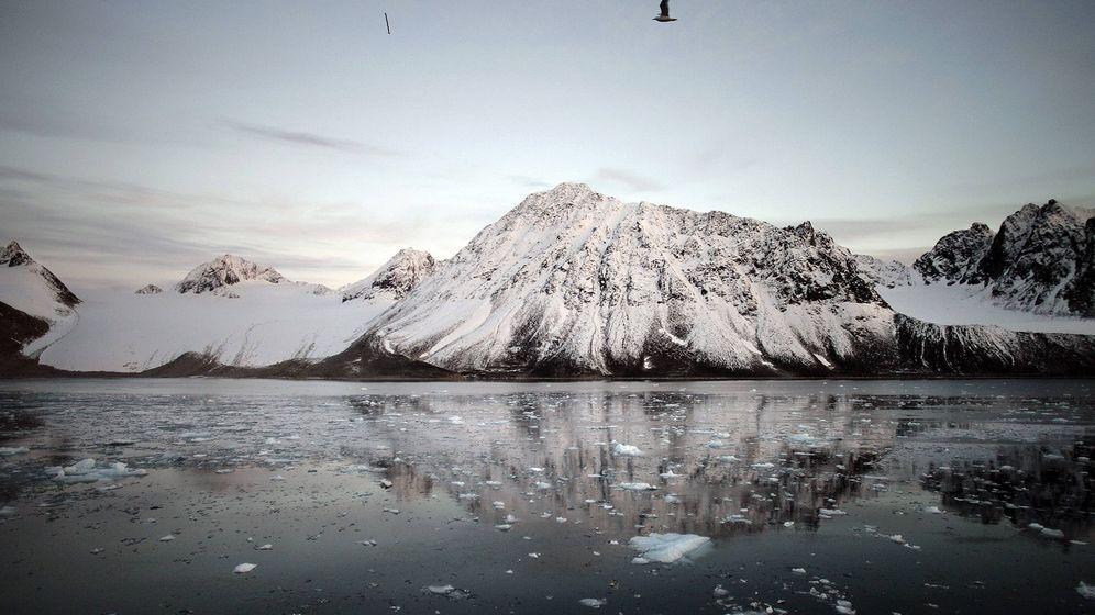 Foto: El Polo Norte geográfico y el magnético están sepados por cuatro grados (EFE/Andoni Canela)