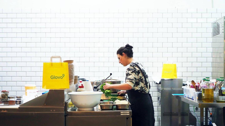 Una cocina y una entrega para Glovo.