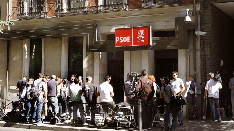 Foto: Numeros medios de comunicación permanecen en la entrada de la sede en Madrid del PSOE. (EFE)