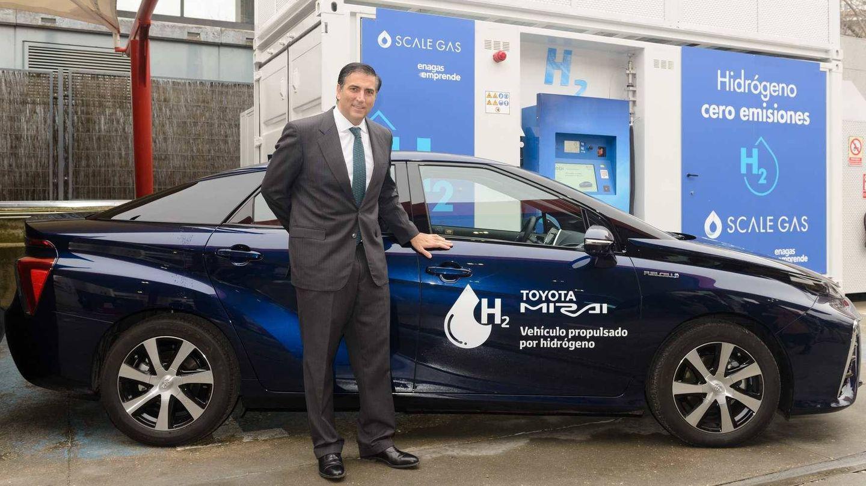 Miguel Carsi, presidente de Toyota España, junto a la primera unidad del Toyota Mirai matriculada en España.