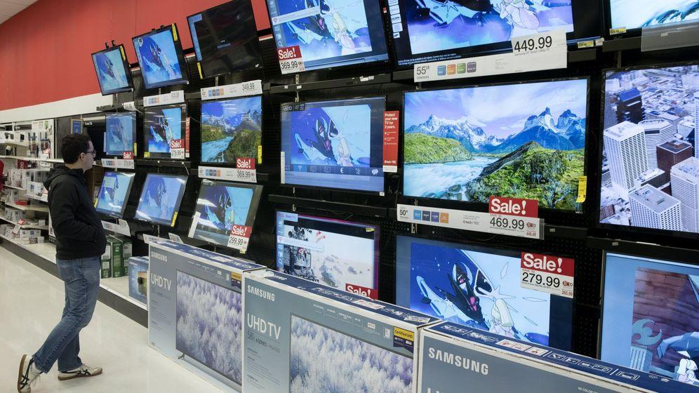 Foto: Un comprador busca televisiones durante el Black Friday. (Reuters)