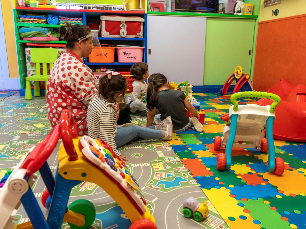 Foto: Varios niños juegan en Santander. (EFE)