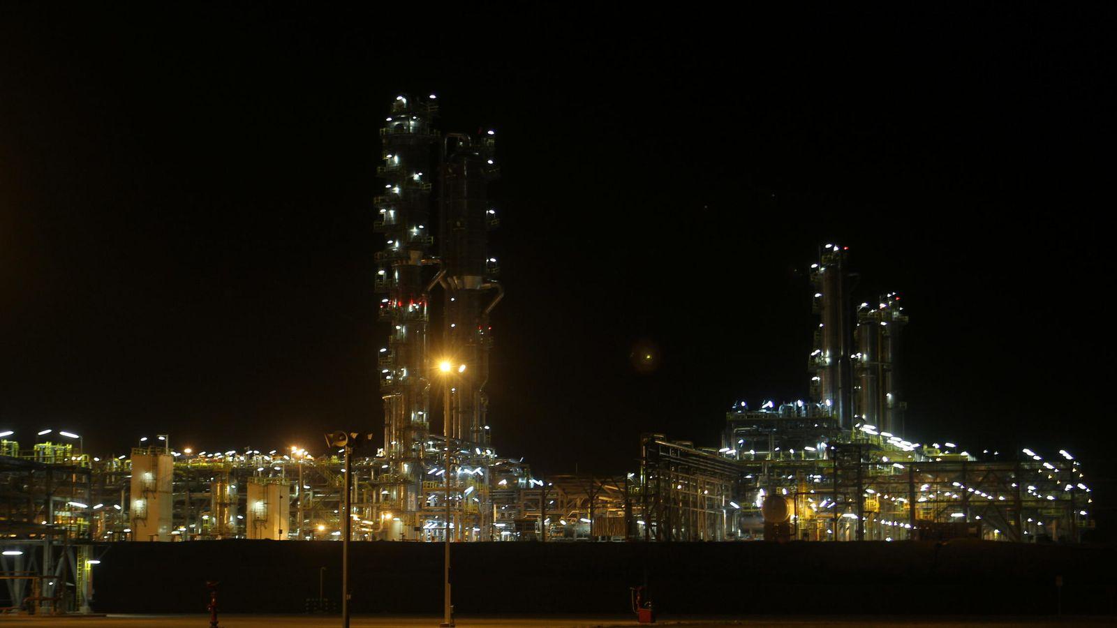 Foto: Vista nocturna de una planta de petróleo. (EFE)